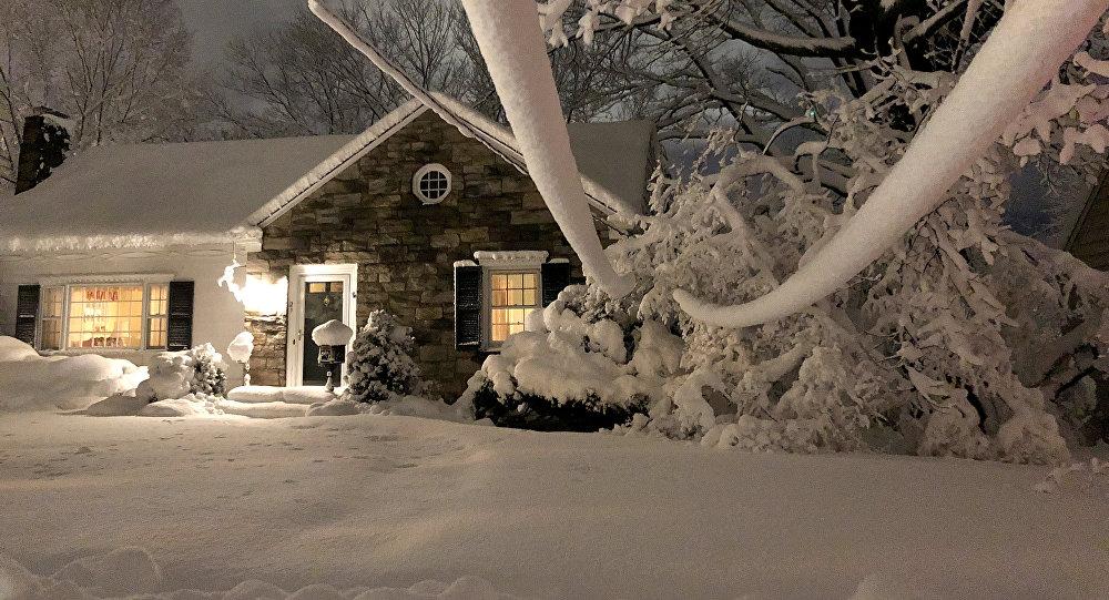 ABŞ-da qar altında qalmış ev