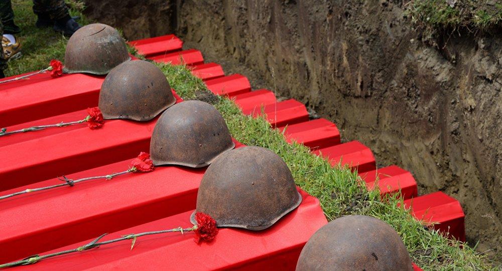 Церемония перезахоронения останков воинов Второй мировой войны, фото из архива