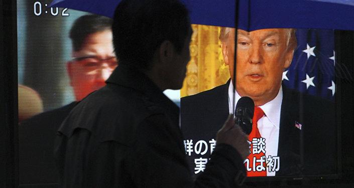 Мужчина проходит перед экраном телевизора с изображением северокорейского лидера Ким Чен Ына и президента США Дональда Трампа, фото из архива