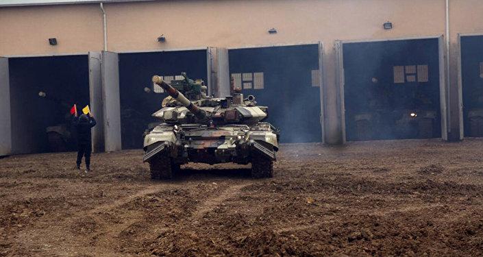 Танковые подразделения, привлеченные к учениям, выполняют задачи