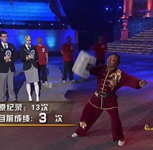Силовой рекорд: жонглирование гирями с закрытыми глазами