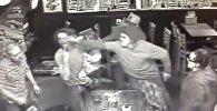 Видеофакт: мужчину с маленькой дочерью на руках избили в баре
