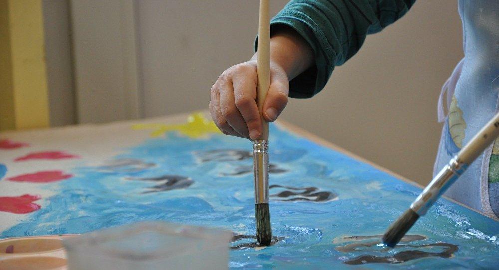 Ребенок рисует картину, фото из архива