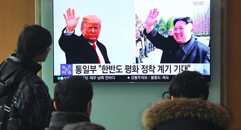 Фотографии президента США Дональда Трампа и лидера Северной Кореи Ким Чен Ына на экране телевизора, фото из архива