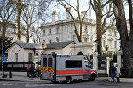 Автомобиль полиции перед зданием посольства РФ в Лондоне, 14 марта 2018 года