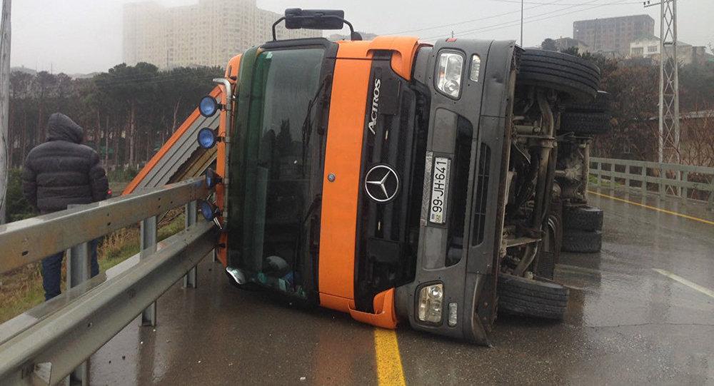 ДТП с участием грузовика в Баку