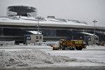 Снегоуборочная техника на территории московского аэропорта Внуково