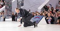 Министр иностранных дел России Сергей Лавров споткнулся на ступеньке и упал во время своего выхода на сцену на форуме Россия — страна возможностей