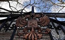 RF-nin Londondakı səfirliyinin hasarındakı Rusiya gerbi