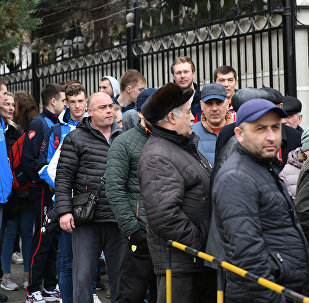 Люди начали собираться у здания посольства РФ с раннего утра