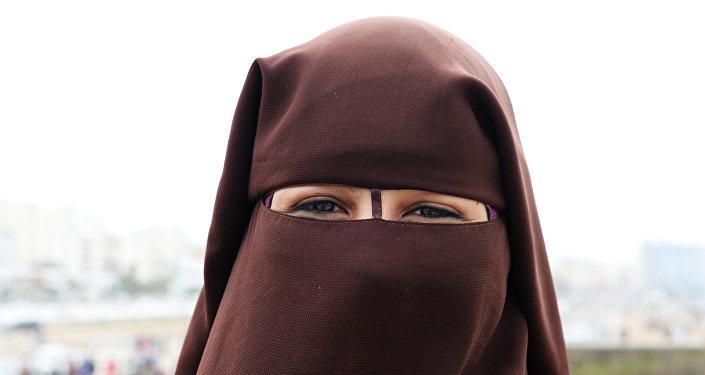 Niqablı qadın, arxiv şəkli