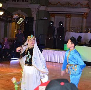 Выступление азербайджанских танцоров на чемпионате Европы по народным танцам в Москве