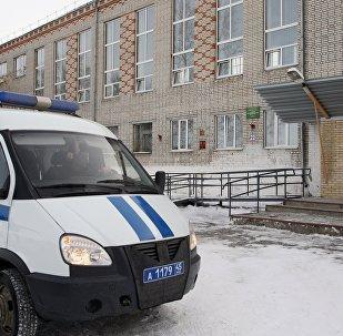 Автомобиль полиции у школы № 15 города Шадринска, в которой 13-летняя ученица открыла стрельбу из пневматического пистолета, принадлежащего её отцу