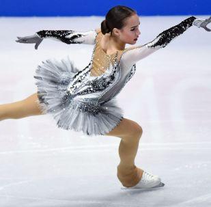 Россиянка Алина Загитова выступает в короткой программе женского одиночного катания на чемпионате мира по фигурному катанию в Милане