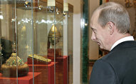Президент РФ Владимир Путин в одном из музеев Московского Кремля, 7 марта 2006 года