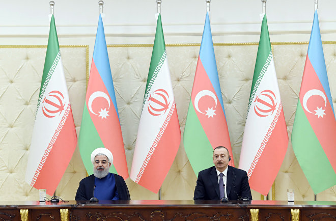 Президенты Азербайджана и Ирана Ильхам Алиев и Хасан Роухани в ходе выступления с заявлениями для печати