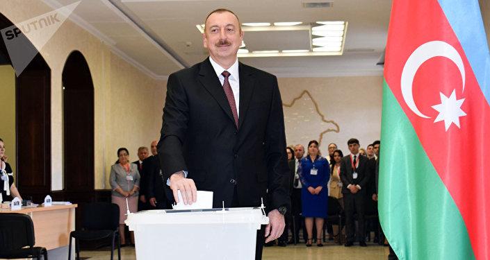 Prezident İlham Əliyev seçki məntəqəsində səs verir