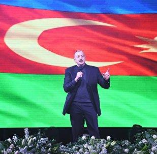 Праздничный концерт по случаю победы на президентских выборах Ильхама Алиева перед Центром Гейдара Алиева в Баку.