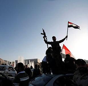 Сирийцы протестуют против воздушных ударов США на улице в Дамаске