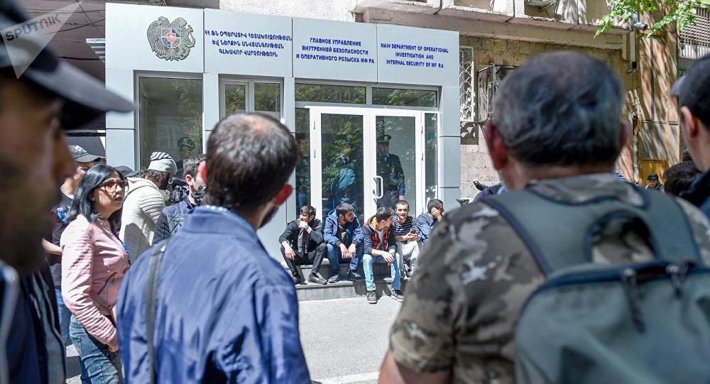 ВЕреване митингующие добрались дорезиденции премьера Армении